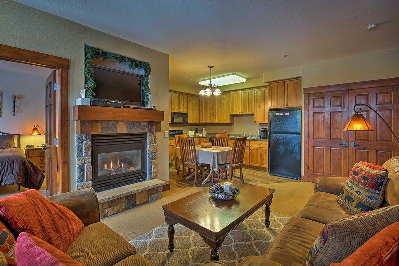 Plan uw Rocky Mountain-toevluchtsoord naar dit appartement met 2 slaapkamers en 2 badkamers.