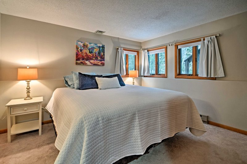 Enjoy a fantastic sleep on the king bed in the master bedroom.