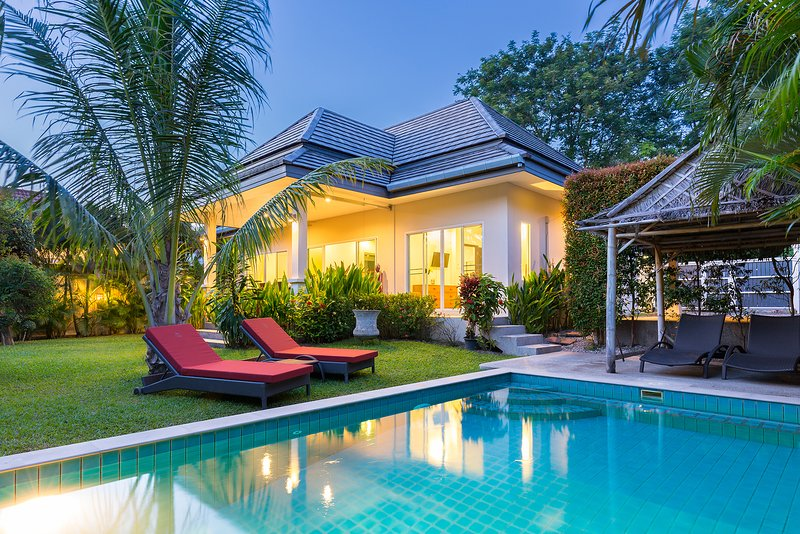 TRES BELLE VILLA 2 CHAMBRES PISCINE, holiday rental in Nai Harn
