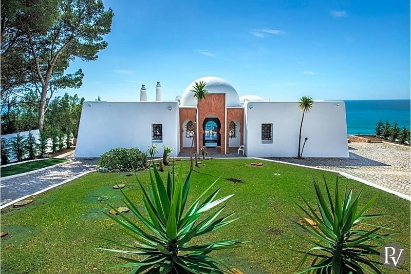 Albufeira Villa Sleeps 10 with Pool - 5433246, vacation rental in Albufeira