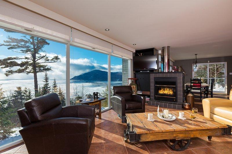 Conceito aberto de estar, sala de jantar e cozinha com uma vista deslumbrante de todos os quartos