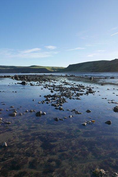 Skinningrove plage ... vastes étendues de piscines de sable et de roches vides à marée basse.