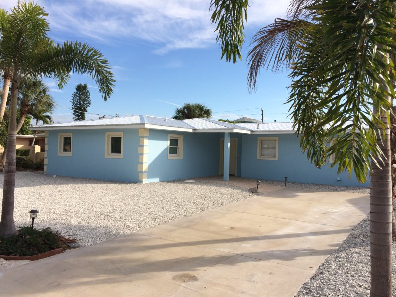 A Siesta Tropical Retreat - Island Pool Oasis -super close to Village & #1 beach, holiday rental in Siesta Key
