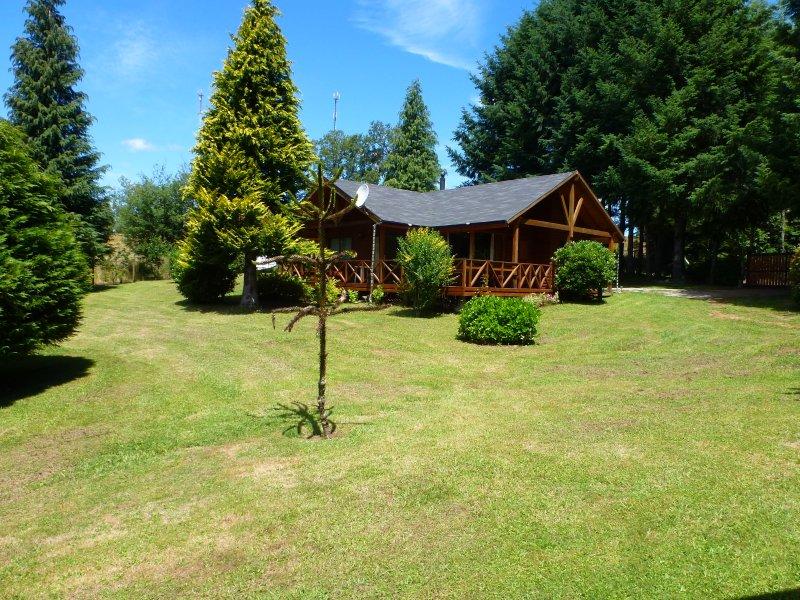Hermosa Cabaña en un exclusivo entorno de arboledas y parque, holiday rental in Villarrica