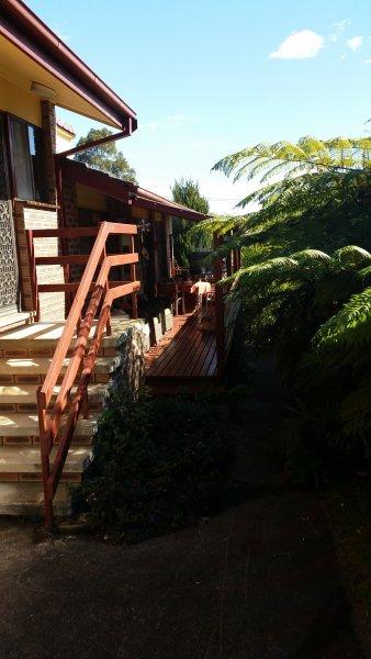 pont côté de la cuisine avec barbecue et table et chaises
