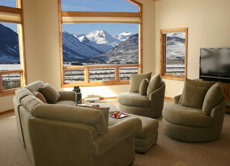 LIVING ROOM WITH FANTASTIC VIEW