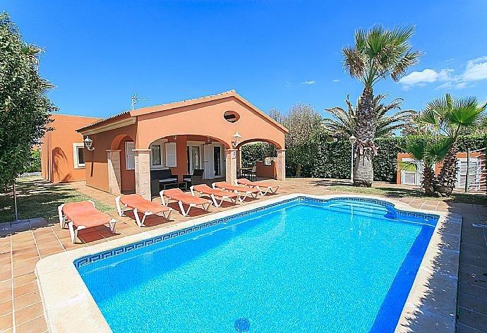 Villa Viola: Large Private Pool, Walk to Beach, A/C, WiFi, alquiler vacacional en Cap d'Artrutx