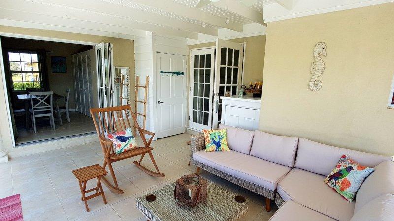 Terrasse couverte, hors du salon et salle à manger, avec des sièges confortables