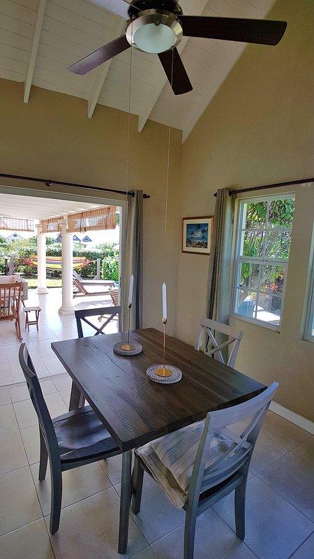 Salle à manger avec Dears bi-fold donnant sur la terrasse couverte