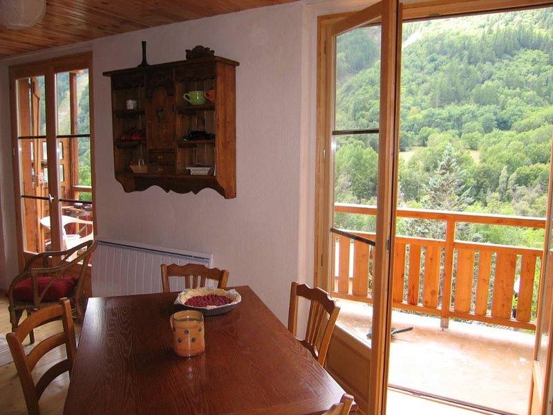 sala de estar y un balcón
