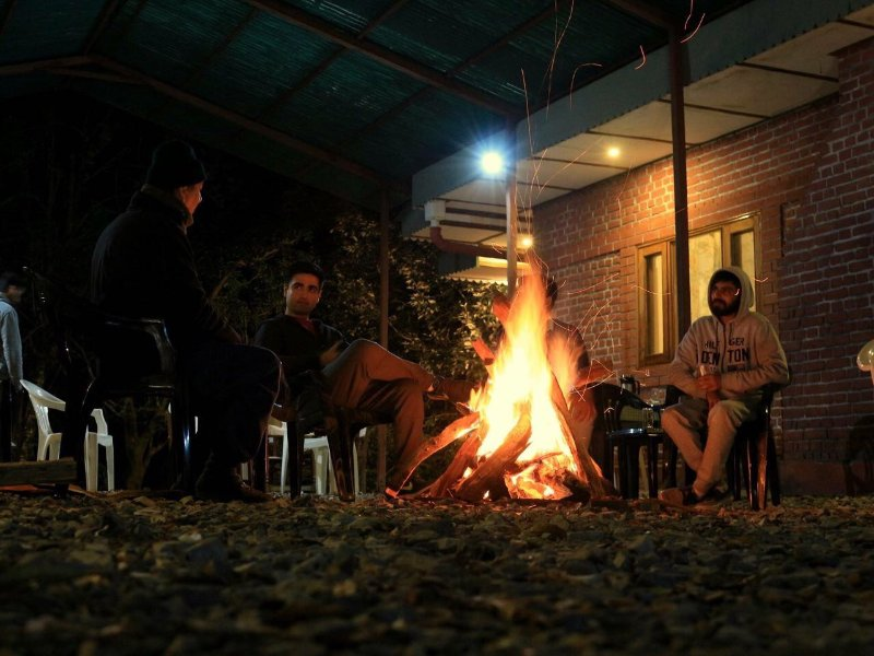 Bon feux la nuit, les pommes de terre de veste et barbecue est également disponible sur demande