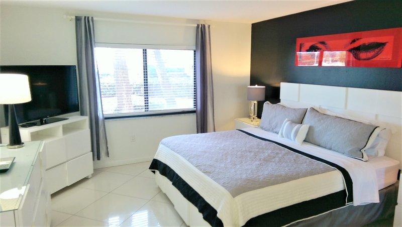 Master bedroom with ensuite bathoom. 47' TV & walk in closet.
