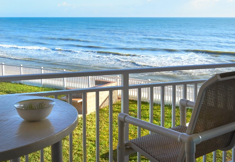 Perfect Getaway at this Spacious Oceanfront Beach Oasis, holiday rental in Palm Shores