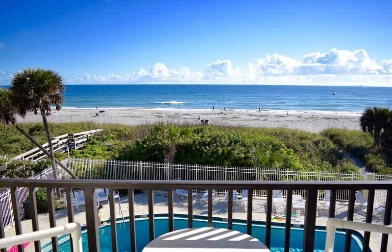 Beautiful views from your bed and balcony, on the beach and steps to the pier!, vacation rental in Cocoa Beach