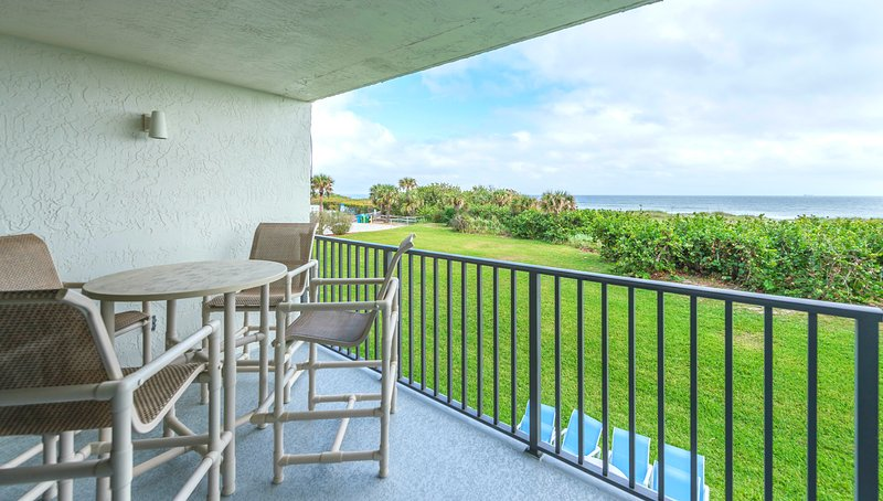 Direct Oceanfront - Newly Renovated - Must See!, Ferienwohnung in Cape Canaveral