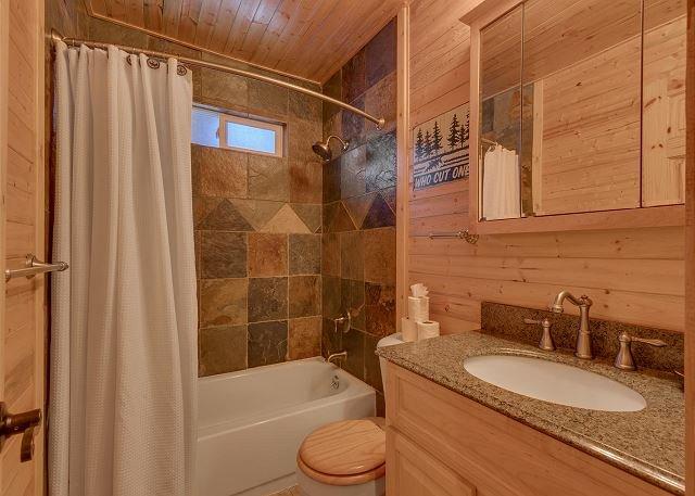 baño completo en el nivel de la cocina