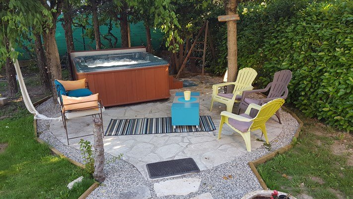 pequena área de estar com banheira de hidromassagem