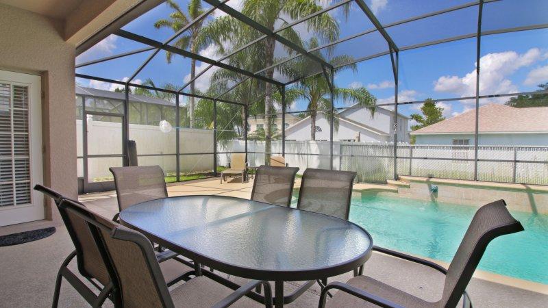 comer ao ar livre na varanda, capacidade para 6, mais 4 cadeiras e mesas laterais