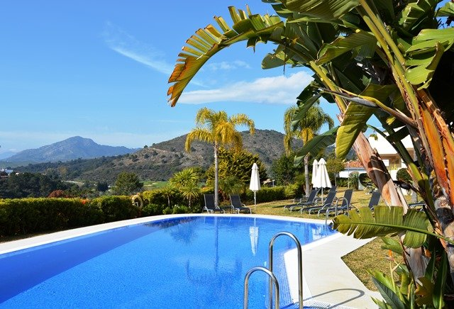 4 BED 3 BATH DUPLEX PENTHOUSE C PRIVATE ROOF TERR. & JACUZZI. POOL & INDOOR POOL, location de vacances à Benahavis