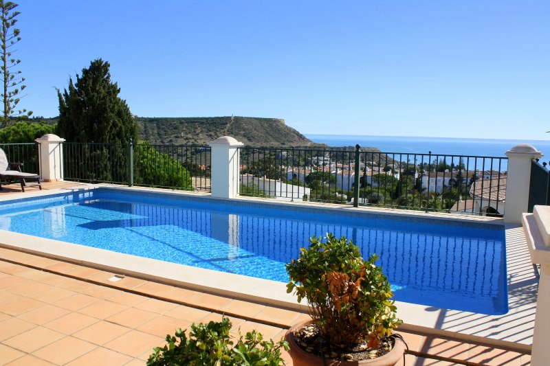 Villa Bonita. A Beautiful house with very special sea views., casa vacanza a Espiche