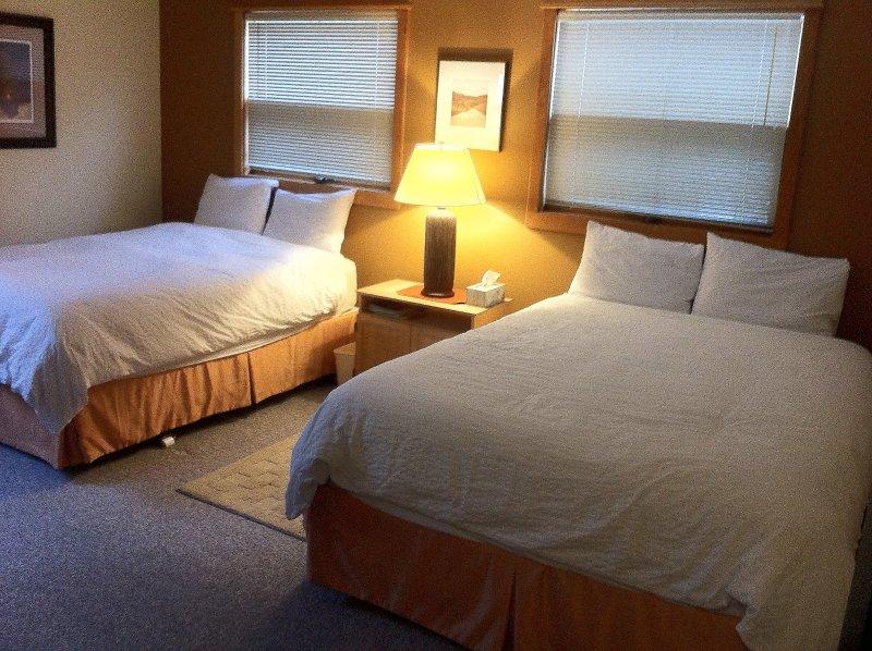 Quarto na área de loft no andar de cima. 2 confortáveis camas queen size de qualidade (Quarto 2)