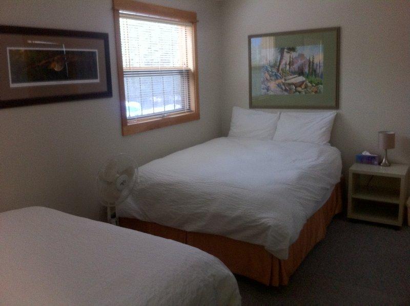Segundo quarto no loft no andar de cima. 2 confortáveis camas queen size de qualidade. (Quarto 3)