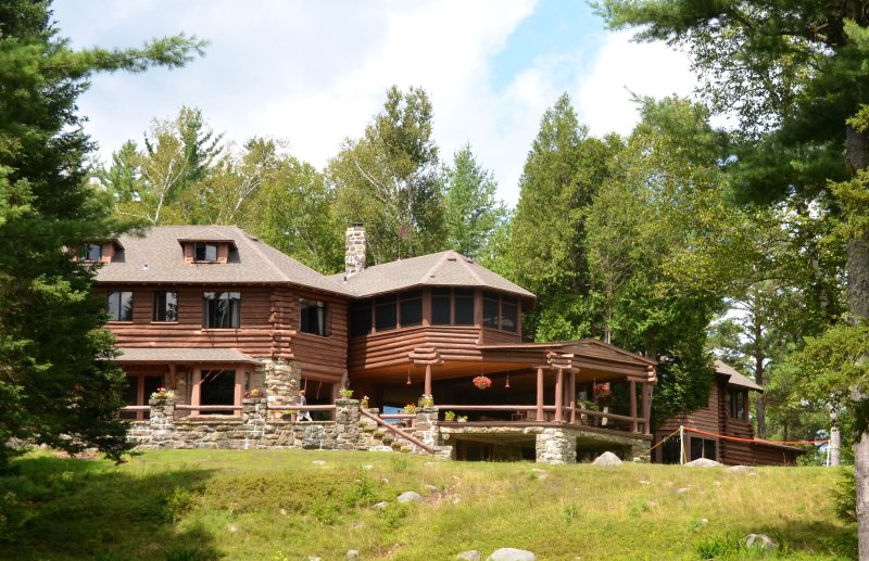Eagle Nest Lodge ~ A Unique Lakefront Adirondack Great Camp, location de vacances à Sabael
