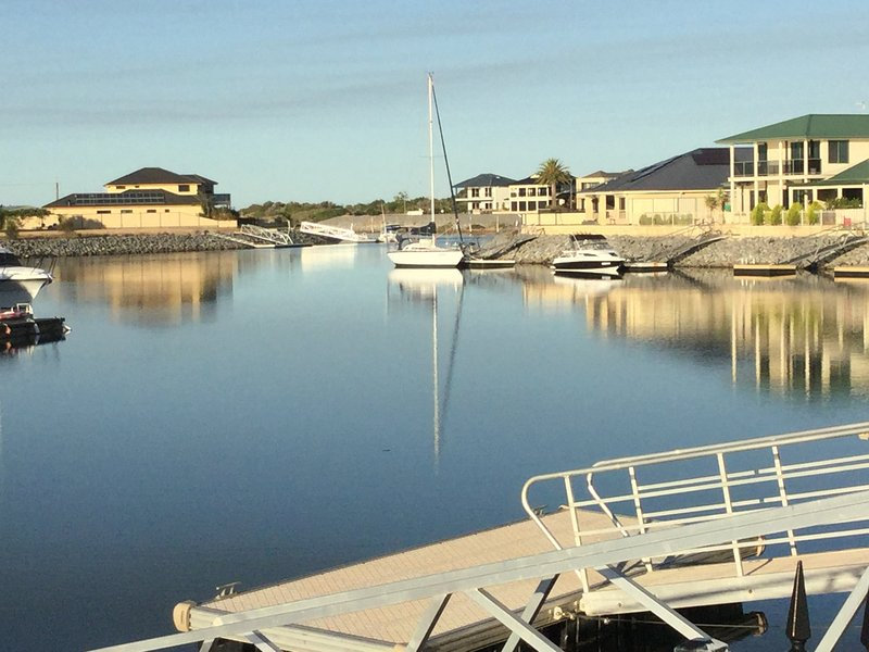 Tumby Bay Absolute Waterfront Villa with private pontoon; sleeps 6, location de vacances à Tumby Bay