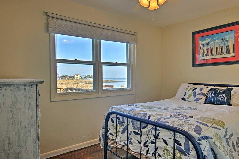 2 helle und luftige Schlafzimmer hat einen Plüsch vollwertiges Bett für einen erholsamen Schlaf.
