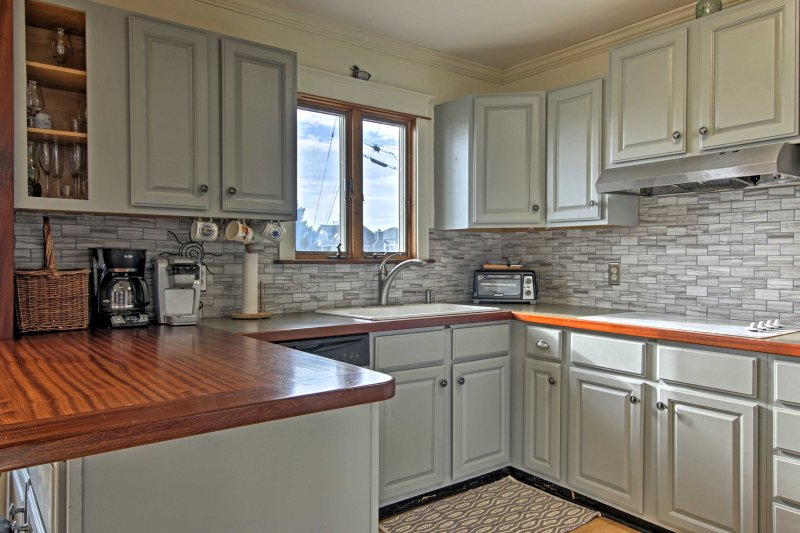 Diese voll ausgestattete Küche verfügt über moderne Geräte, viel Ablagefläche und modische Fliese Aufkantung!