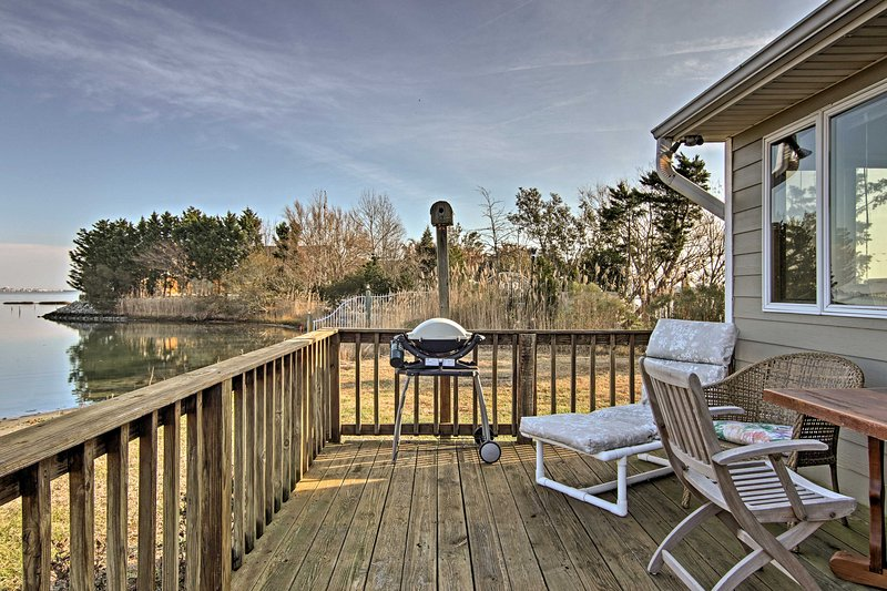 Genießen Sie jede Nacht Grillen auf dem Achterdeck mit einem Holzkohlegrill und Outdoor-Tisch!