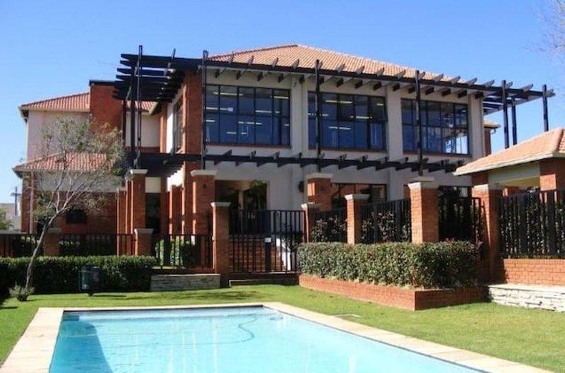 Disfrutar de un baño en la piscina después de una sesión en el gimnasio privado en el sitio, seguido de un paseo jardín.