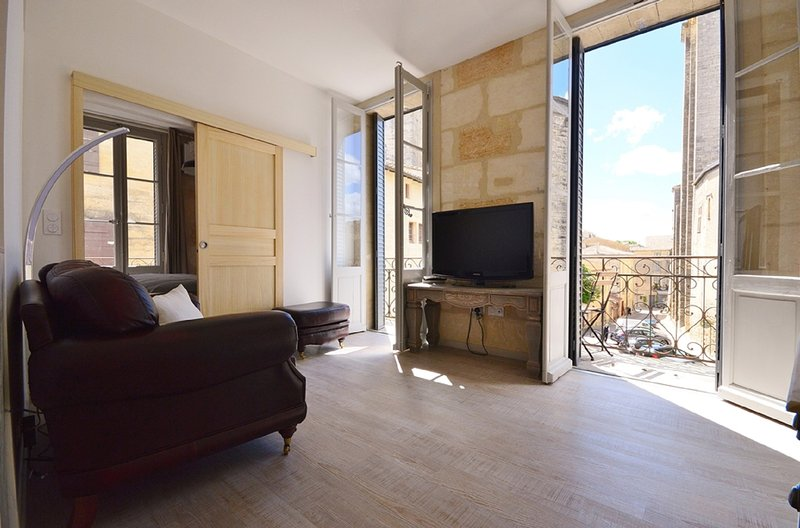 2nd Floor apartment in Parisien style townhouse, facing the Ducal palace, vacation rental in Uzes