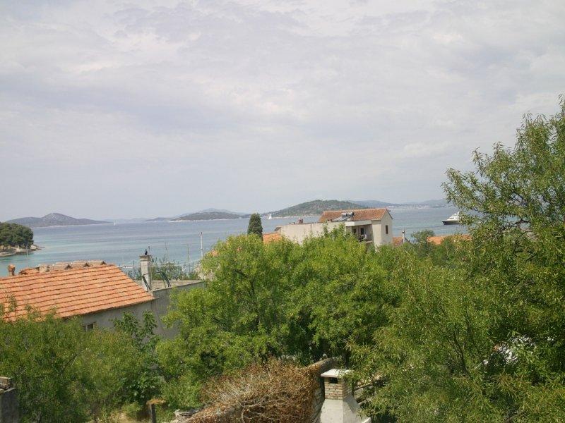 Ferienwohnung 3813-1 für 4+2 Pers. in Zlarin, vacation rental in Jadrija