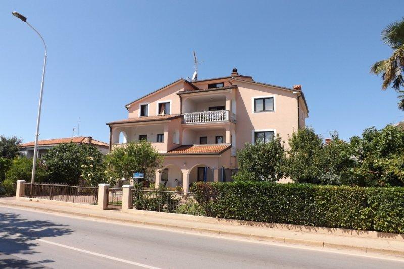 Apartment 853-3 for 5+2 Pers. in Umag, location de vacances à Finida