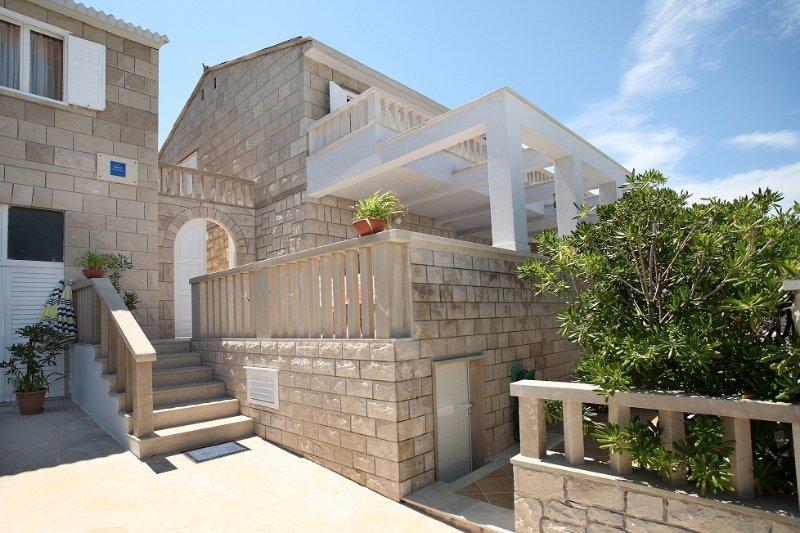 Apartment 3619-5 for 4 Pers. in Povlja, holiday rental in Povlja