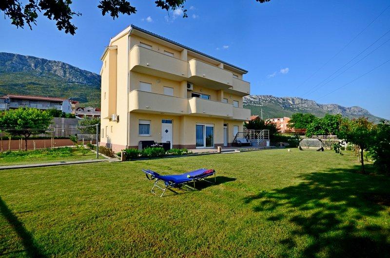 Apartment 570-3 for 10 Pers. in Kaštel Sucurac, alquiler de vacaciones en Kastel Sucurac
