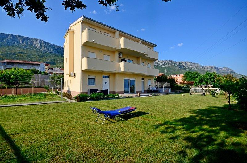 Apartment 570-1 for 4 Pers. in Kaštel Sucurac, alquiler de vacaciones en Kastel Sucurac