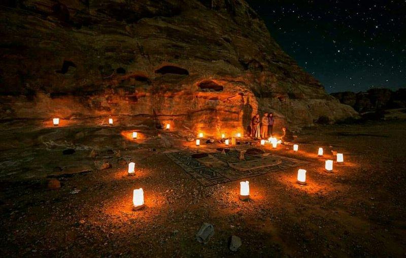 assis lieu avec des bougies et le feu sous le ciel.