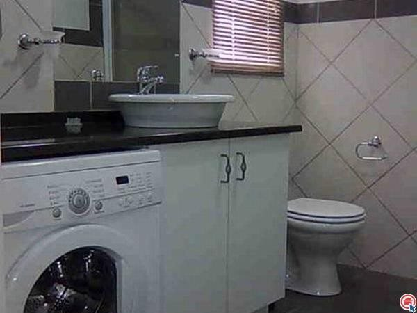 Salle de bains équipée avec lave-mchine