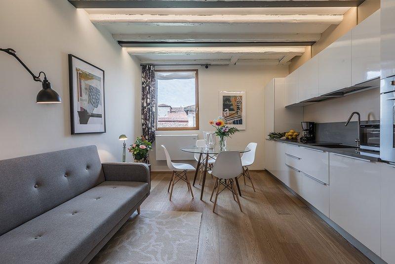 Le Soranzo « A » salon avec des meubles design et vue sur le canal
