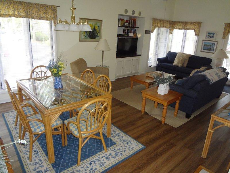 zona pranzo con 6 posti a sedere bella nuova pavimentazione e l'area coperta.