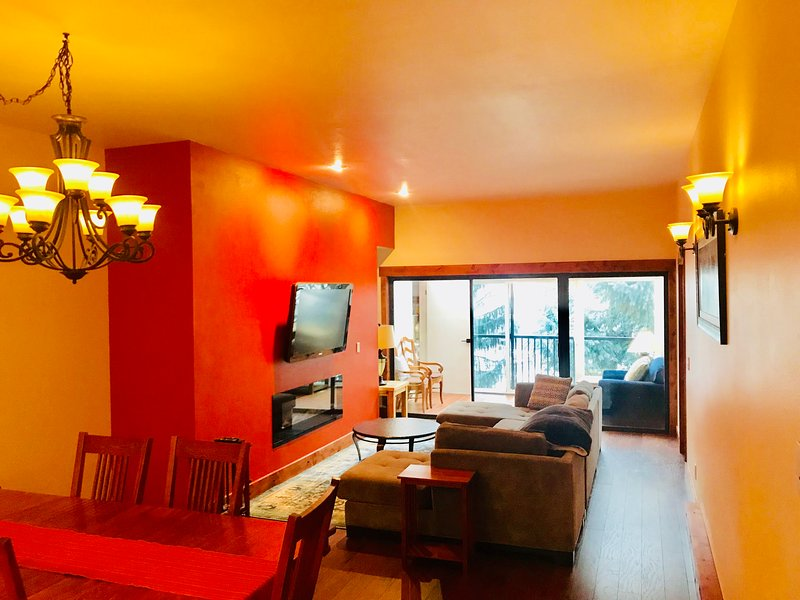 Amplio comedor y sala de estar se abre a una terraza acristalada