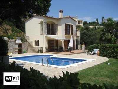 Detached villa, pool, wifi, airconditioning in nice quiet luxery urbanisation, vacation rental in Calonge