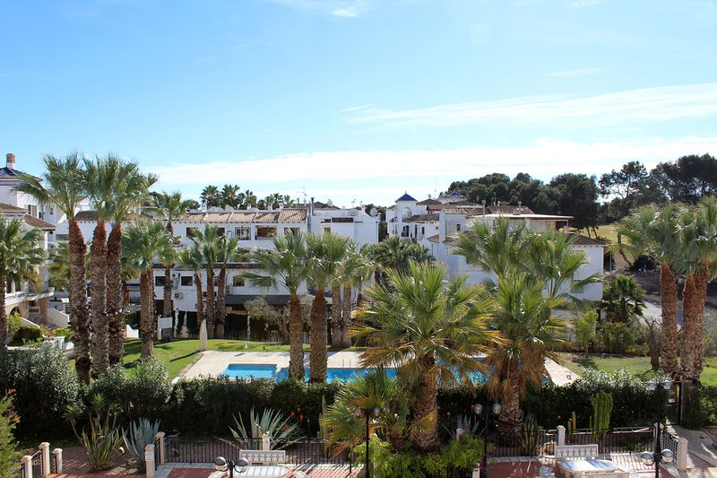 2 bed 2 bath South Facing apt with Amazing Views of the Pool & Golf Course, location de vacances à Villamartin