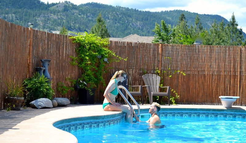 Cottage at the Pool Side Retreat, alquiler de vacaciones en Peachland