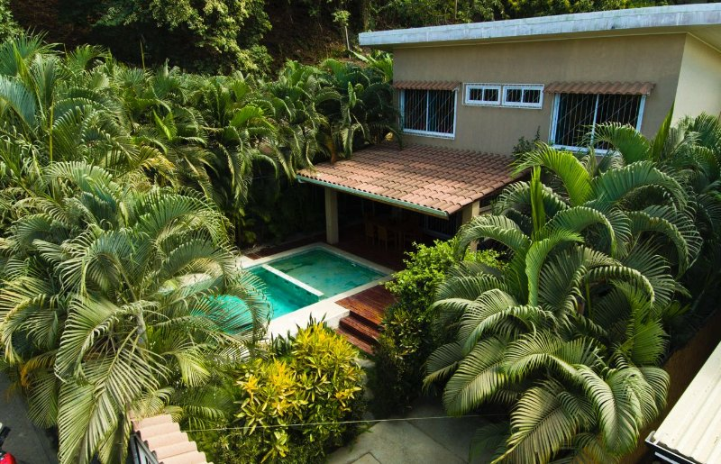 Modern villa with private pool, A/C, BBQ. Central & 1 min. from beach and surf!, holiday rental in Mal Pais