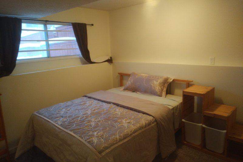 2 Bedroom, Entire floor suite - Easy access to Canmore/Banff, location de vacances à Cochrane