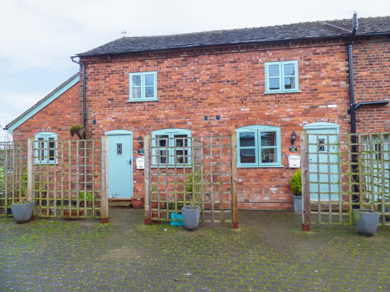 PRIMROSE COTTAGE, barn conversion, open-plan, access to swimming pool and hot, location de vacances à Cheshire
