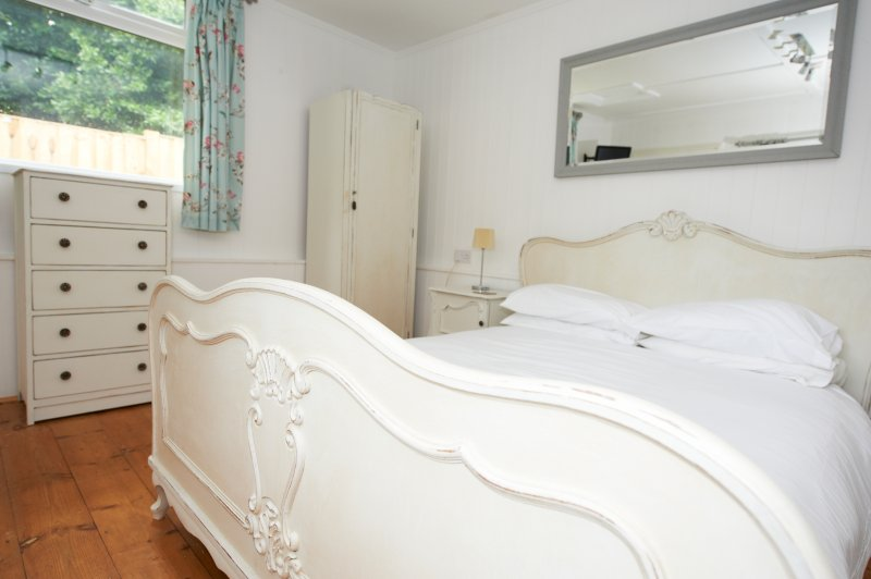 Lyon Court - The Old Stable - Wooden Cabin for 2 - Heated Outdoor Pool, Ferienwohnung in Godshill